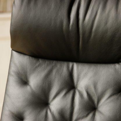 Stressless Sessel Metro mit Lederbezug Paloma black und Untergestell Starbase chrom mit Hocker Nahaufnahme Lederbezug