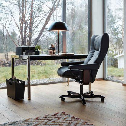 Stressless Sessel WING mit Lederbezug Paloma black und Home Office braun mit Rollen Beispielraum