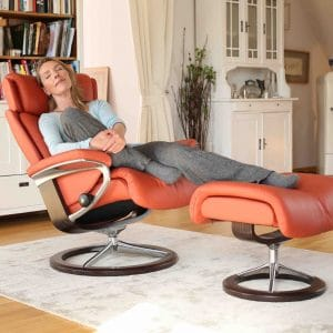 Stressless Sessel Magic Classic mit Lederbezug Paloma henna und Signature Untergestell braun mit Hocker Frau entspannt