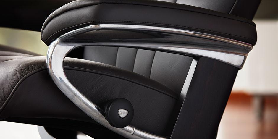 Detailaufnahme Sessel Bliss schwarzes Leder mit Chrom Stressless