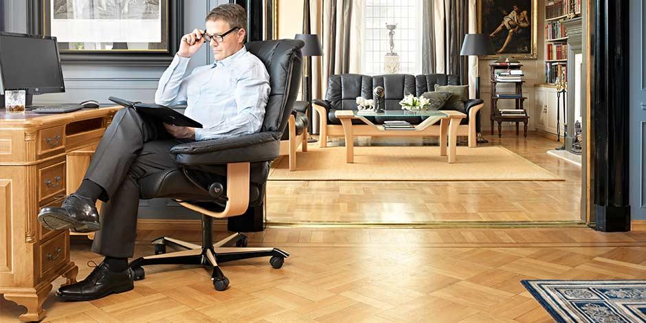 Mayfair Home Office Mann liest am Schreitisch Stressless