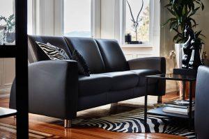 Schwarzes Sofa mit silbernen Füßen, die perfekt zum Ambiente passen.