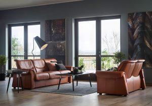 Farblich abgestimmte Polstergarnitur, die perfekt ins Wohnzimmer passt.
