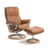 Stressless Sessel MAYFAIR mit Lederbezug Cori tan und Signature Untergestell natur mit Hocker