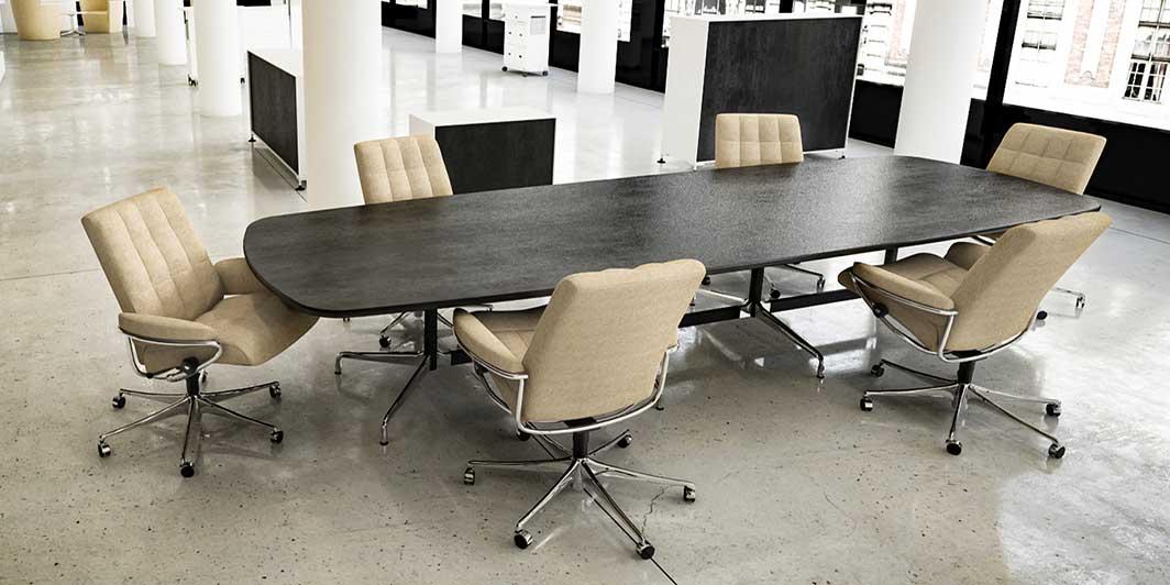 Sechs beige Office Sessel am Konferenztisch im Großraumbüro Stressless Home Office Aktion