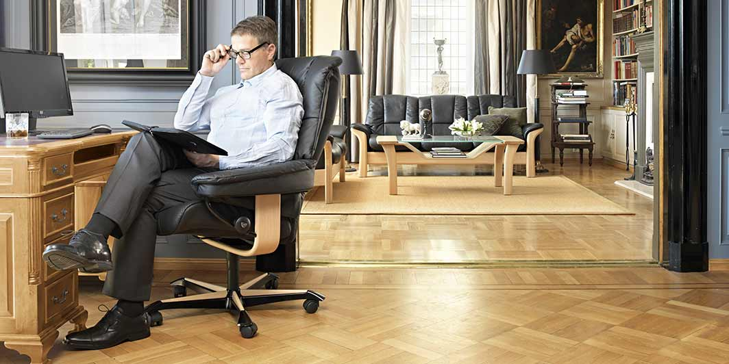 Home Office Aktion Mann im Home Office Stressless