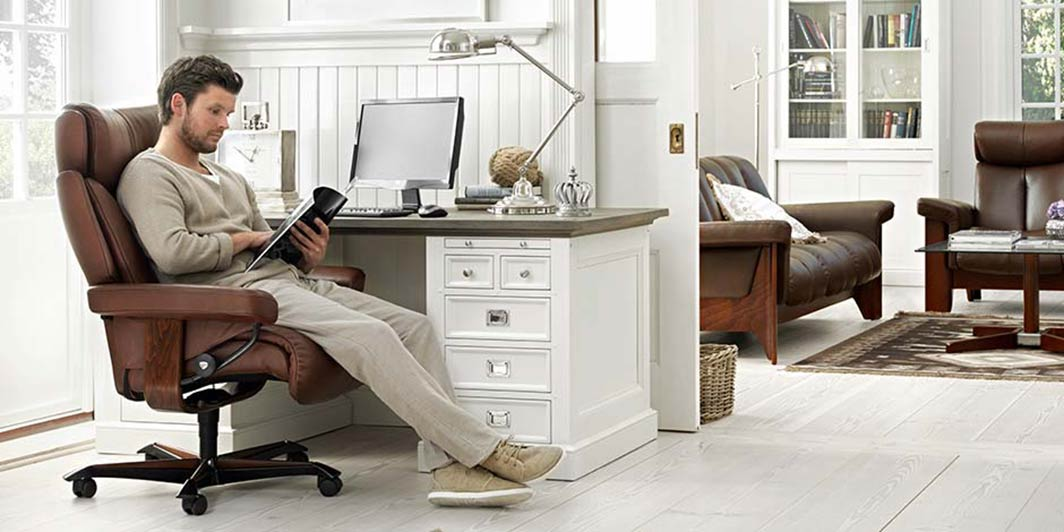 Home Office Aktion junger Mann im Home Office Stressless