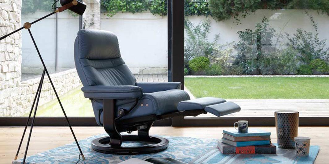 Stressless Relaxsessel Sunrise mit LegComfort System mit ausgefahrener integrierter Fußstütze.